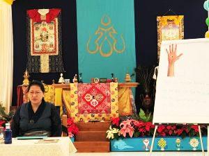 La Dot.ssa Phuntsog WangmoTibetan ha condotto un corso sul massaggio <br>tibetano Kunye