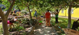 Molte mani fanno un lavoro leggero nei giardini di Dzamling